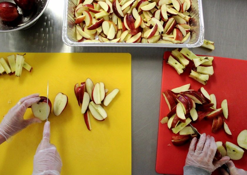 A+student+slices+apples+during+a+Campus+Kitchen+shift.+Photo+by+Coleman+Martinson%2C+%2721.