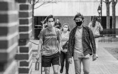 Students wear masks on campus, following Washington and Lee's Covid-19 protocol.