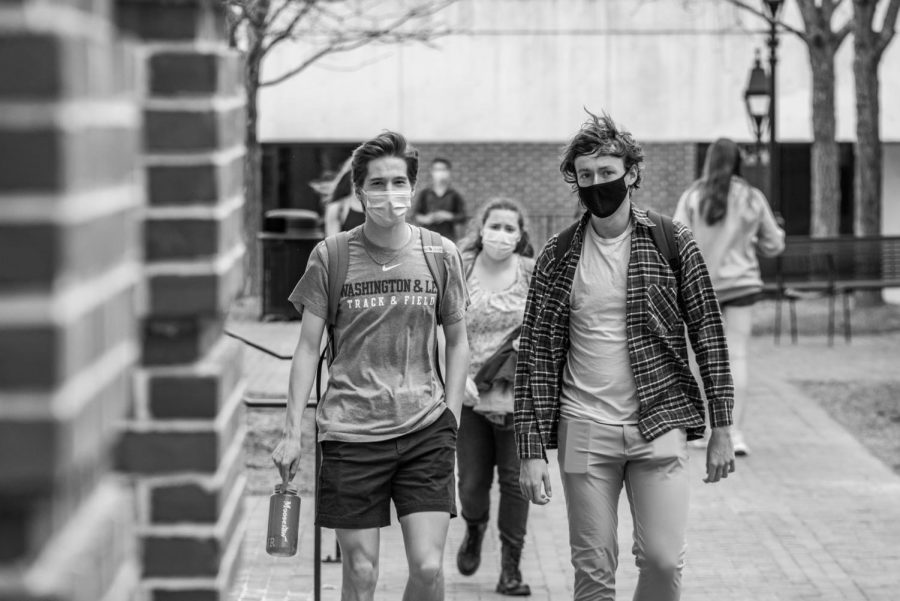 Students+wear+masks+on+campus%2C+following+Washington+and+Lee%E2%80%99s+Covid-19+protocol.